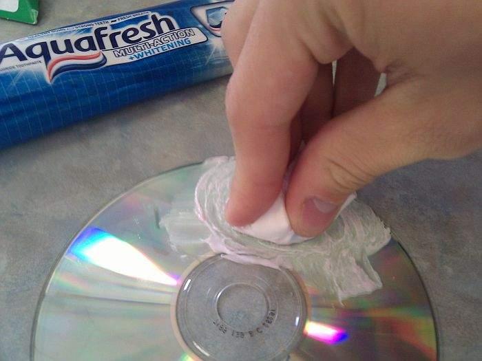 oštećeni dvd i pasta za zube