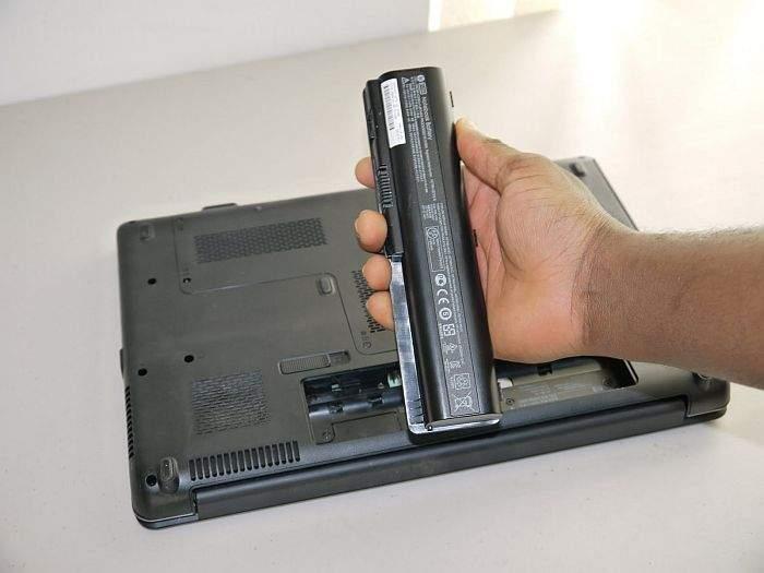 vađenje litijumske baterije iz laptopa