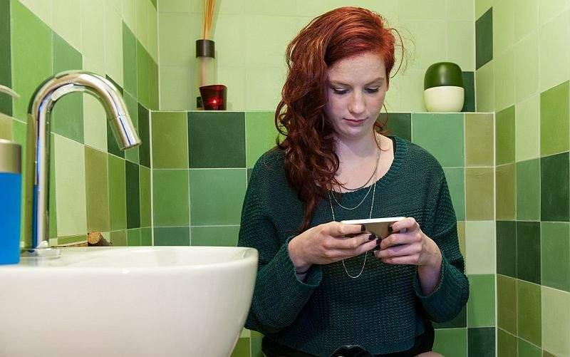 korištenje mobitela na wc-u